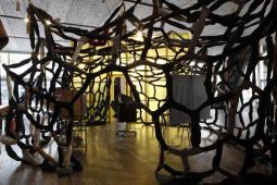 Nell'acquario vetrato che è il Podium di Fondazione Prada, a Milano, va in scena il mondo noir, surreale ed eccentrico di John Bock: la mostra 'The next quasi-complex' aprirà al pubblico domani, in largo Isarco, fino al 24 settembre. ANSA/UFFICIO STAMPA FONDAZIONE PRADA/JACOPO ADALBERTO FARINA +++ ANSA PROVIDES ACCESS TO THIS HANDOUT PHOTO TO BE USED SOLELY TO ILLUSTRATE NEWS REPORTING OR COMMENTARY ON THE FACTS OR EVENTS DEPICTED IN THIS IMAGE; NO ARCHIVING; NO LICENSING +++